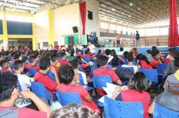 Crianças e adolescentes recebem atendimento psicológico e palestra de conscientização contra bullying nas escolas