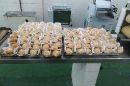 Internos e ex-internos do sistema socioeducativo fabricam pães para pessoas em situação de rua