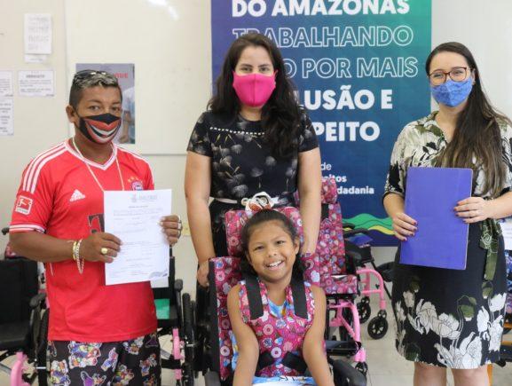 Sejusc recebe novo lote de carteiras da Pessoa com Deficiência e entrega 15 cadeiras de rodas