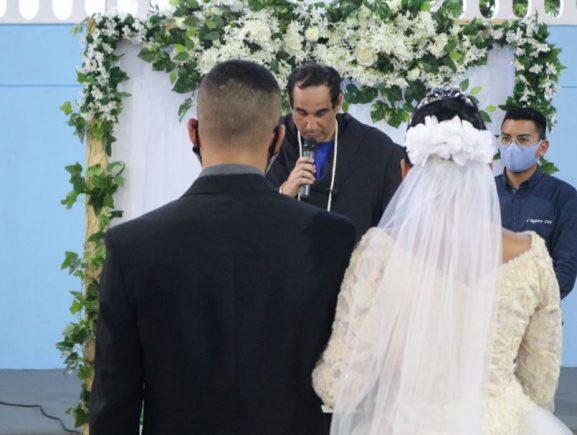 Sejusc realiza casamento de egresso após cumprimento de medida socioeducativa no Dagmar Feitosa
