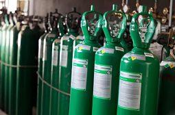 Pessoas com deficiência recebem cilindros de oxigênio após doação de empresa para a Sejusc