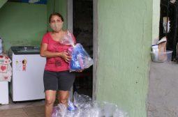 Organizações que trabalham com idosos em vulnerabilidade social recebem doações de 250 kits de higiene