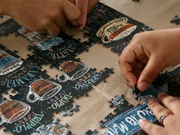 Sejusc promove estímulo educacional de adolescentes por meio da montagem de quebra-cabeças