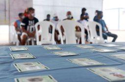 Governo do AM entrega RGs e certidões para pessoas em situação de rua acolhidas em abrigo