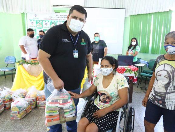 Em Manicoré, Governo do Amazonas entrega cestas básicas e promove treinamento sobre serviços para PcDs