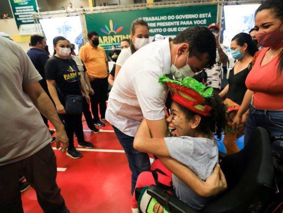 """""""Ela nunca teve uma cadeira de rodas, vai ajudar muito"""", diz mãe de criança PcD beneficiada em ação do Estado em Parintins"""
